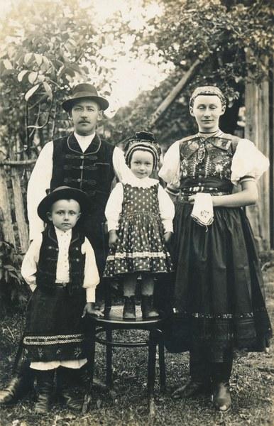 Mužský, ženský a detský sviatočný odev zo Žibritova 001-01