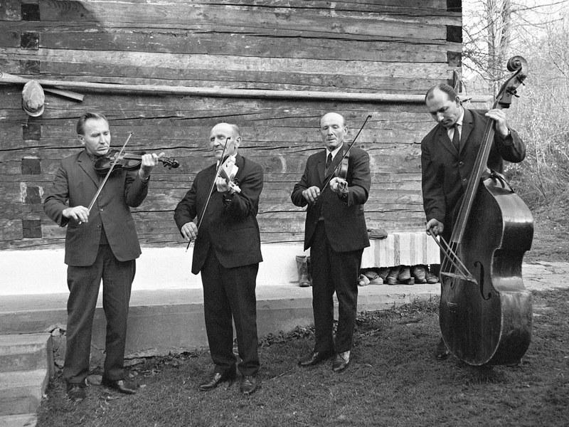 Rodinná ľudová hudba Luptákovcov z Leštín 001-01