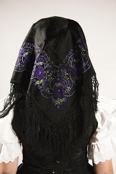 Smútočný odev mladej ženy z Prenčova 001-08