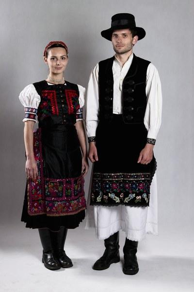 Ženský a mužský sviatočný odev zo Žibritova 001-001