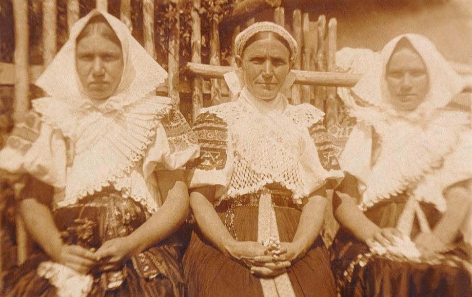 Ženský sviatočný odev z Detvianskej Huty 001-01