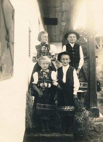 Detský sviatočný odev zo Žibritova 001-01