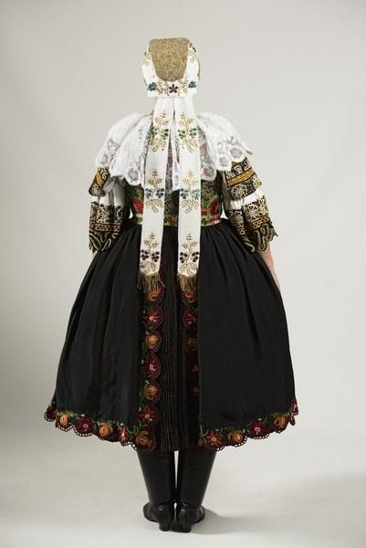 Ženský sviatočný odev z Cífera 004-02