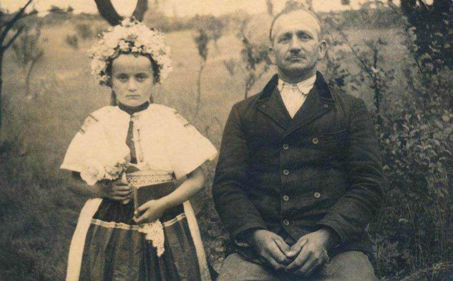 Dievčenský a mužský sviatočný odev z Litavy 001-01