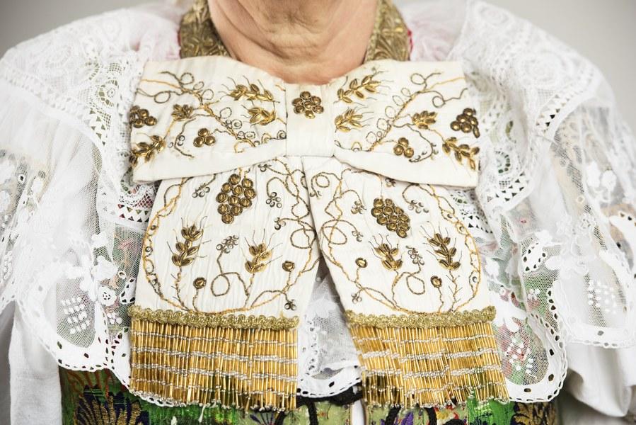 Ženský sviatočný odev z Cífera 004-08