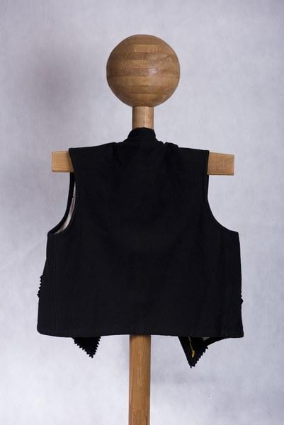 Mužský sviatočný lajblík z Dolných Rykynčíc 001-02