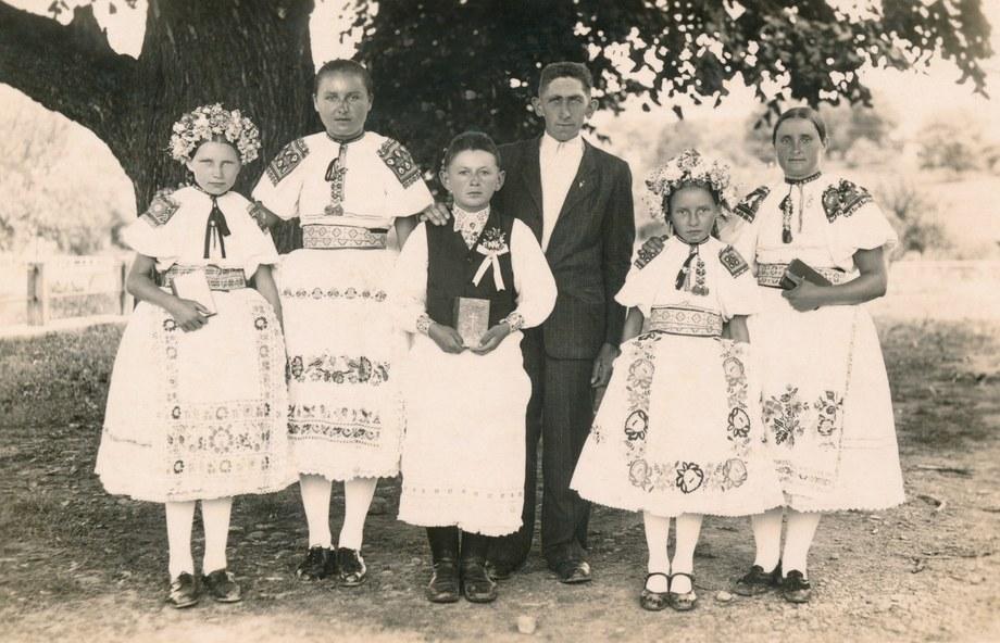 Dievocký a mládenecký sviatočný odev zo Bzovíka 002-01