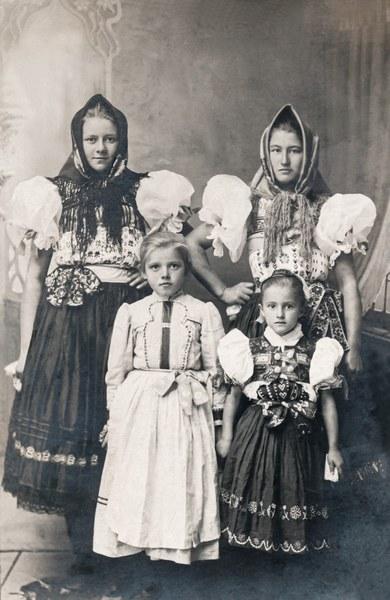Dievocký a dievčenský sviatočný odev zo Slatinských Lazov