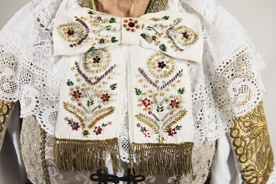 Ženský sviatočný odev z Cífera 003-07