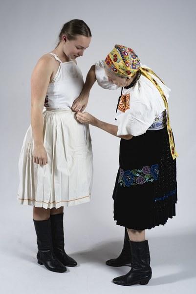 Obliekanie mladuchy zo Bzovíka 001-06