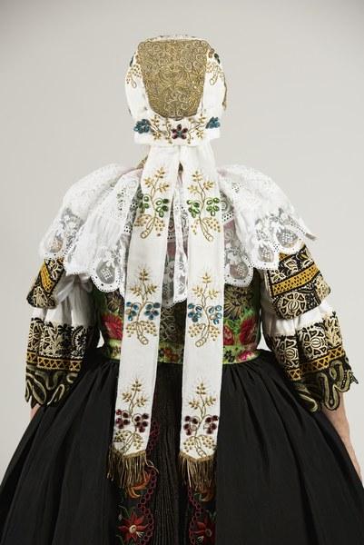 Ženský sviatočný odev z Cífera 004-03