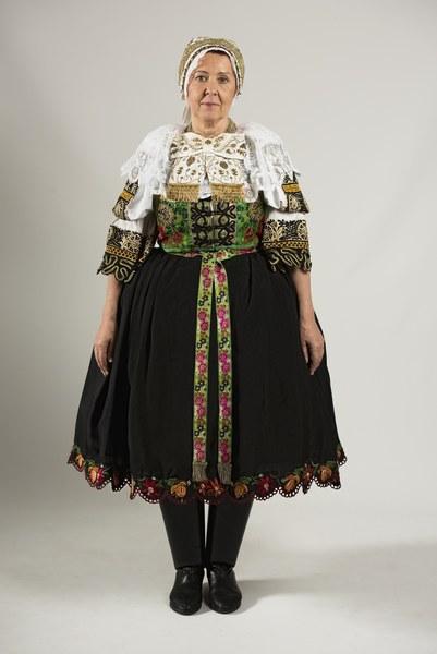 Ženský sviatočný odev z Cífera 004-01