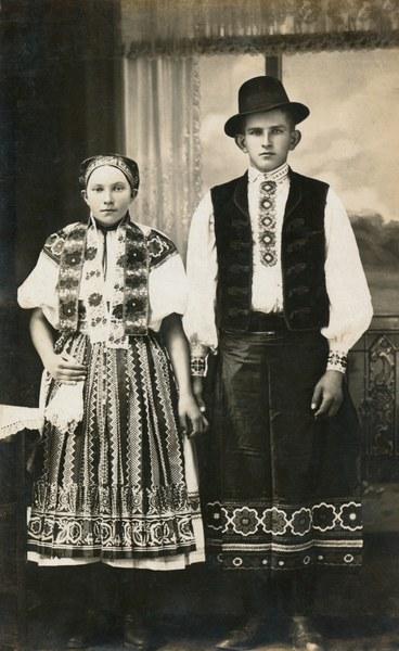 Ženský a mužský sviatočný odev zo Bzovíka 001-01