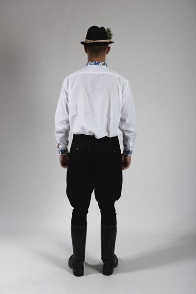 Mládenecký sviatočný odev zo Bzovíka 001-02