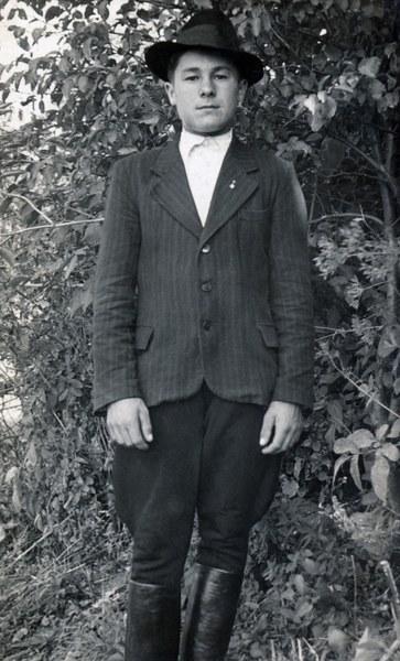 Mužský sviatočný odev zo Bzovíka 002-01