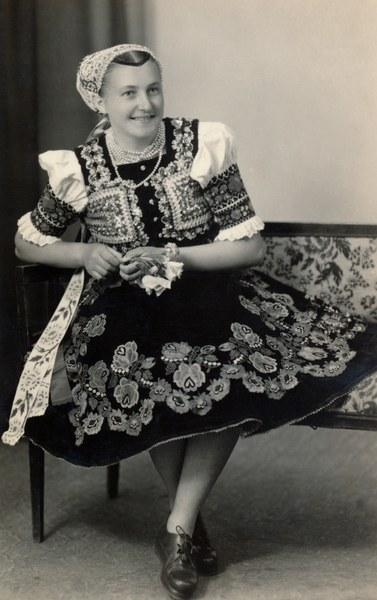 Ženský sviatočný odev z Dobrej Nivy 002-01