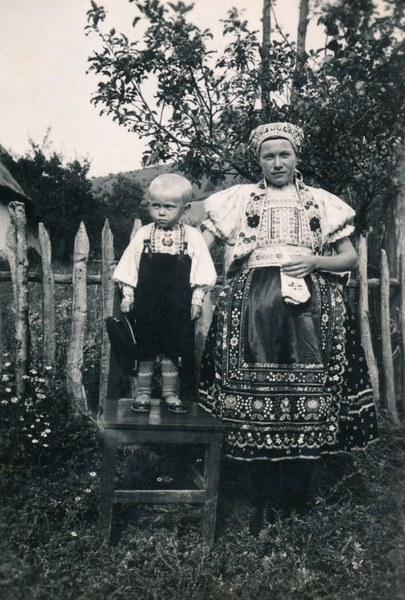 Ženský a detský sviatočný odev zo Bzovíka 003-01