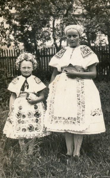 Ženský a detský sviatočný odev zo Bzovíka 002-01
