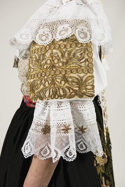 Ženský sviatočný odev z Cífera 003-08